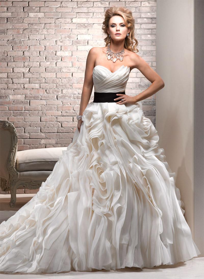 короткое платья с пышной юбкой и длинным рукавом
